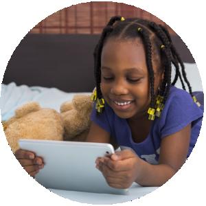 Foto van een jong meisje met een electronisch tablet